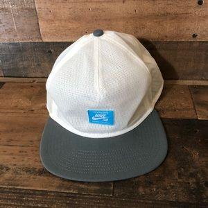 Nike SB Skateboard SnapBack Mesh Trucker Hat